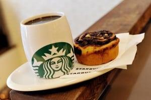 Starbucks com xícara de café e um bom pedaço de bolo