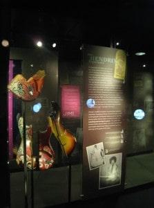 Pedaços da guitarra quebrada do Jimi Hendrix