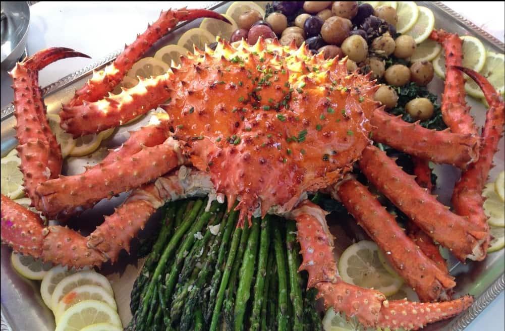 Caranguejo Gigante em Seattle sobre prato de batatas e limões
