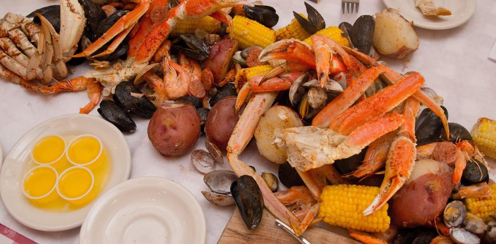 Caranguejo Gigante em Seattle: servido inteiro com batatas, milho e frutos do mar.