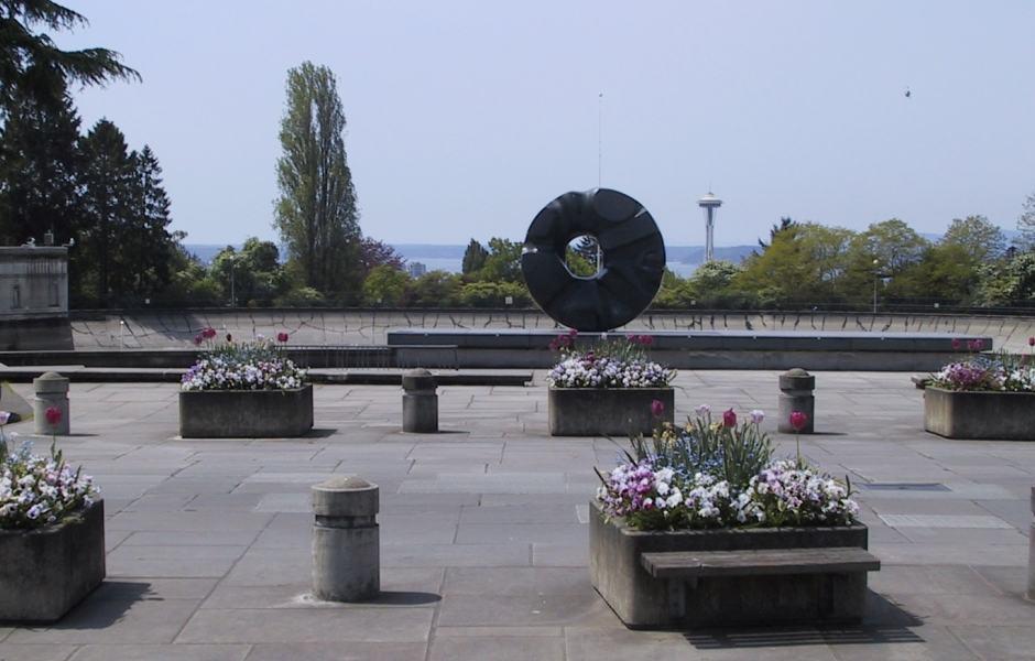 Escultura Black Sun de Isamu Noguchi no Volunteer Park, em frente ao Museu de Arte Asiática de Seattle
