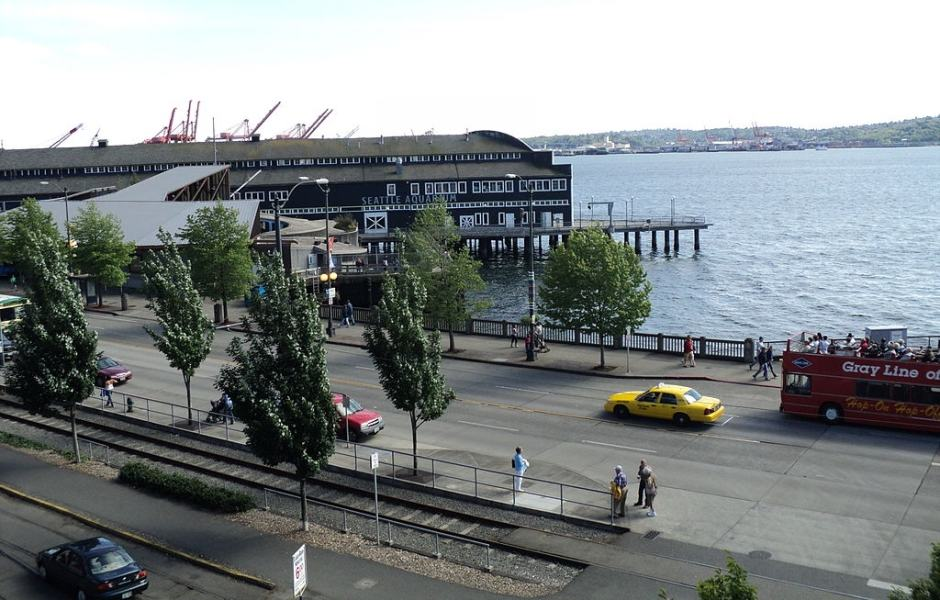 Calçadão a beira mar do Seattle Waterfront - ao longo da Alaskan Way