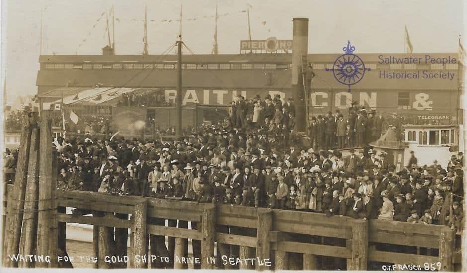 Multidão no Seattle Waterfront a espera do navio PORTLAND que vinha carregado com ouro de Klondike em 1897 (foto de O. T. Frasch, original dos arquivos de S.P.H.S.)