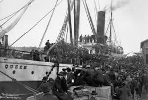 Navio Queen no Seattle Waterfront: garimpeiros embarcando para Klondike, 1898 (foto do arquivo do MOHAI)