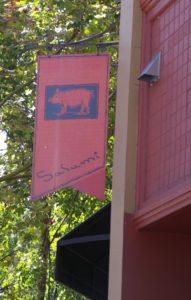 Placa encima da entrada do Salumi em Seattle