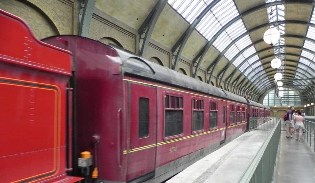 Trem do Harry Potter (Hogwarts Express) na estação King Cross no Universal Studios