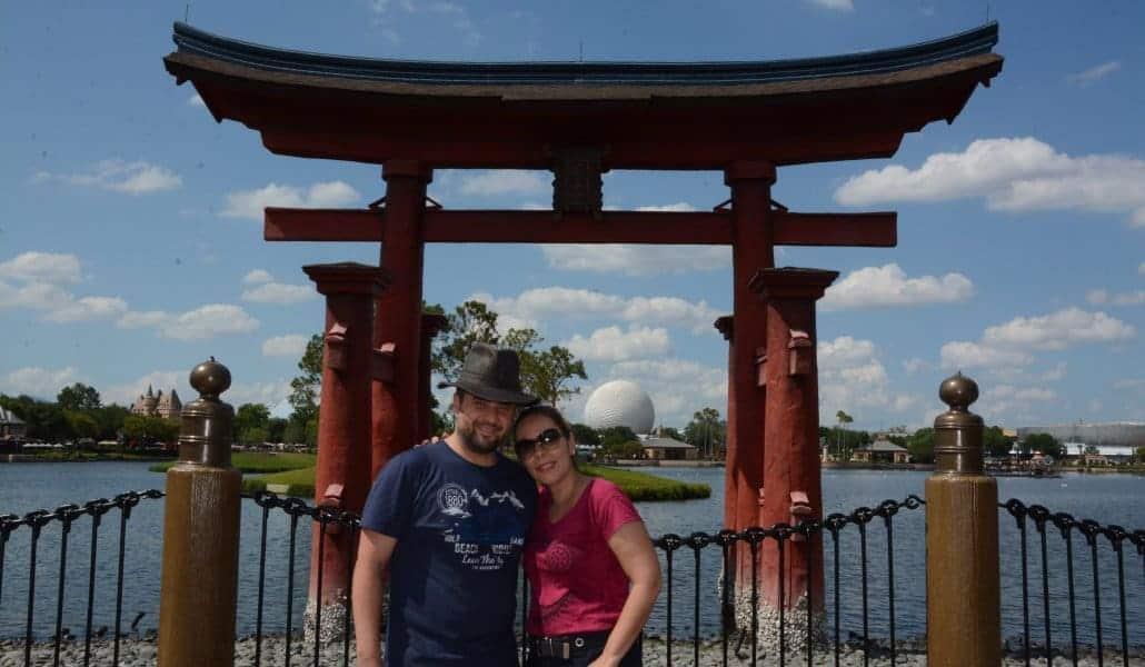 Em frente ao pavilhão do Japão no World Showcase do Epcot