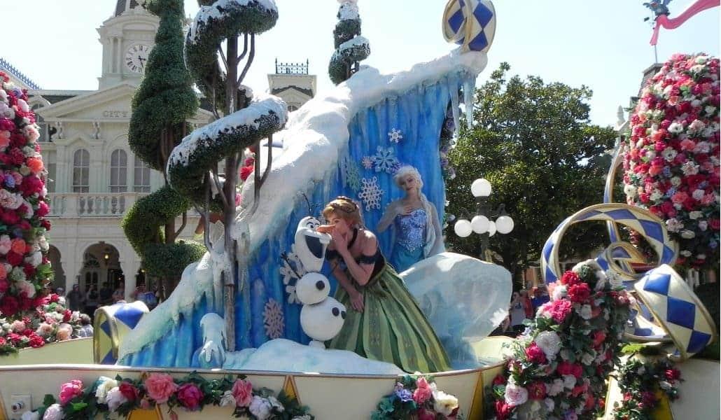 Parada (desfile) da tarde no Magic Kingdom: carro do Frozen
