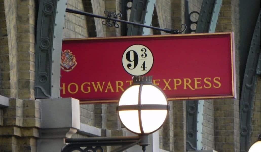 Plataforma de embarque do Hogwarts Express na King's Cross Station - Universal Studios