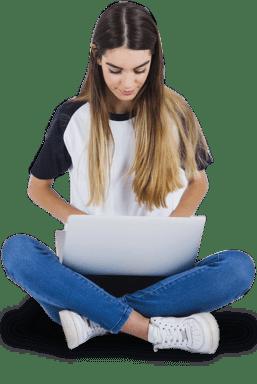 Moça pesquisando curso de inglês Kaplan